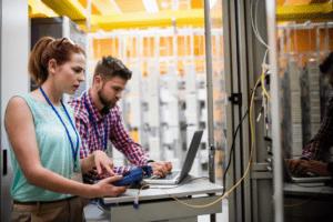 Mitarbeiter vom Admin- und IT Support Service der broker2clouds GmbH bei der Serverwartung.