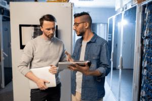 Mitarbeiter erklärt die Serverkonfiguration im Rahmen des IT Support Service