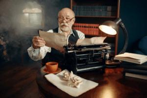 Älterer Älterer Herr an Schreibmaschine
