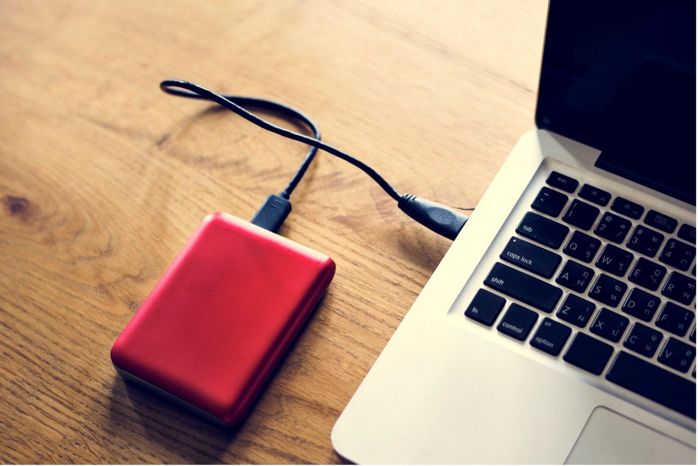 Externe HDD Festplatte am Laptop