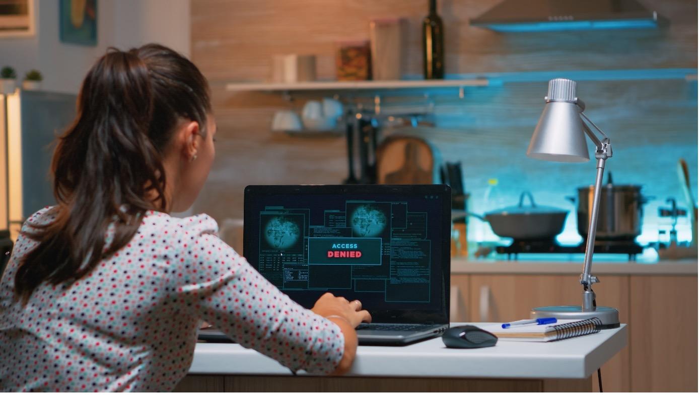 Frau am PC macht ein Backup